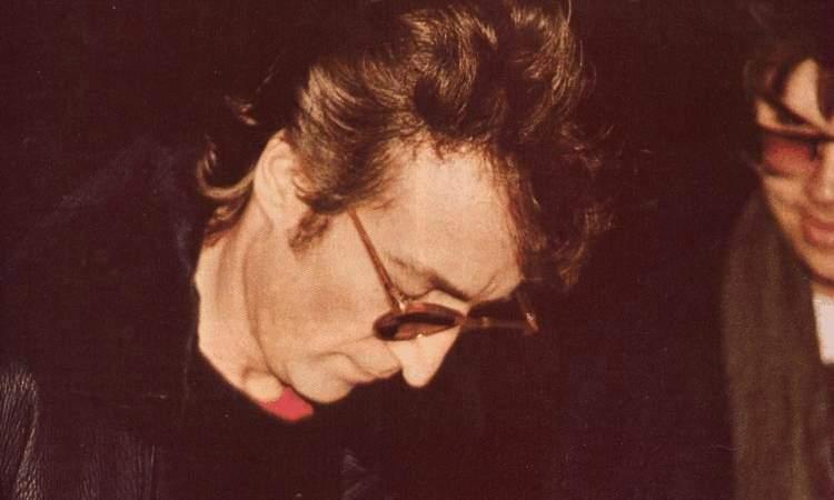 Lennon firma un autografo al suo assassino
